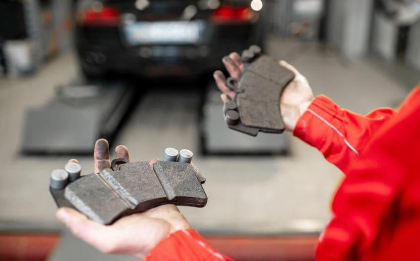 Ob Intervall, Symptome oder Preise: Hier erfährst du alles zum Thema Bremsbeläge wechseln.